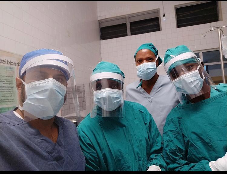 Médicos en Ruanda utilizando la careta del IDIT